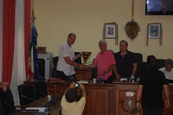 Scambio dei gagliardetti con il presidente Pol. Raimondo Lanza, Di Vittorio